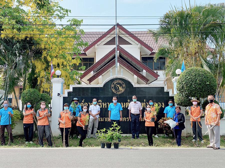 โครงการร่วมใจปลูกต้นไม้บริเวณสำนักงานองค์การบริหารส่วนตำบลท่าหลวง